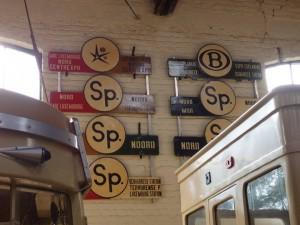 Plaques (dont Expo 58) au Musée du Tram